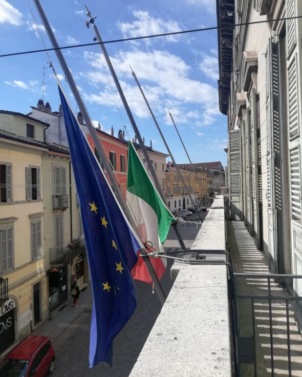 Bandiere a mezzasta al palazzo della Provincia