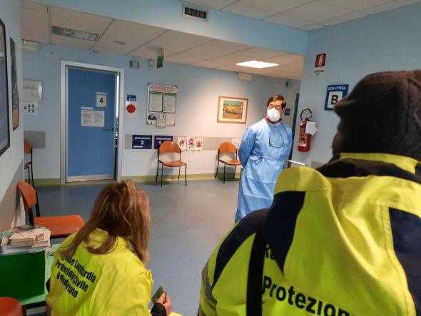 Volontari attendono vaccinazione